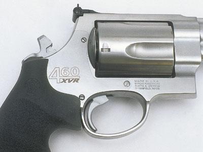 Современный Smith & Wesson: на модели .460 XVR боёк расположен в рамке и не выводится на кран, как и раньше.