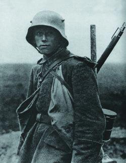 Германский солдат с карабином Маузер 98AZ в годы Первой мировой войны