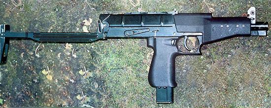 Расположенный практически на одной линии со стволом плечевой упор обеспечивает устойчивое положение пи сто лета-пулемета при автоматической стрельбе. Переводчик вида огня легко управляется большим пальцем «стреляющей» руки