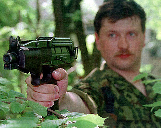 При необходимости из СР-2 можно стрелять по-пистолетному