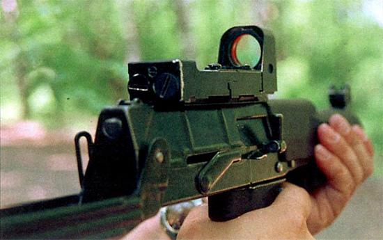 Коллиматорный прицел «Вереска» облегчает процесс наведения оружия, особенно в условиях пониженной освещенности, и позволяет повысить боевую скорострельность