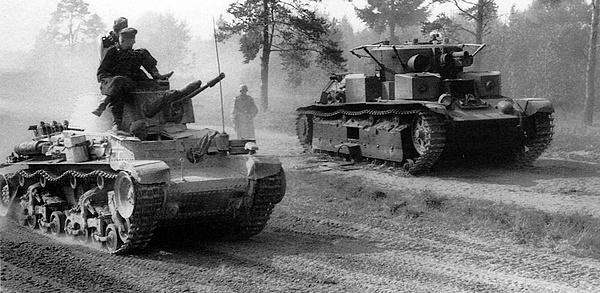 Pz.35(t) на марше. На втором плане — брошенный экипажем советский средний танк Т-28. Июнь 1941 года.
