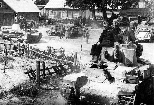 Подразделение 6-й танковой дивизии на привале в литовской деревне. Июнь 1941 года.