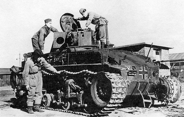 Красноармейцы осматривают подбитый немецкий танк Pz.35(t). Окрестности г. Расейняй, июнь 1941 года.