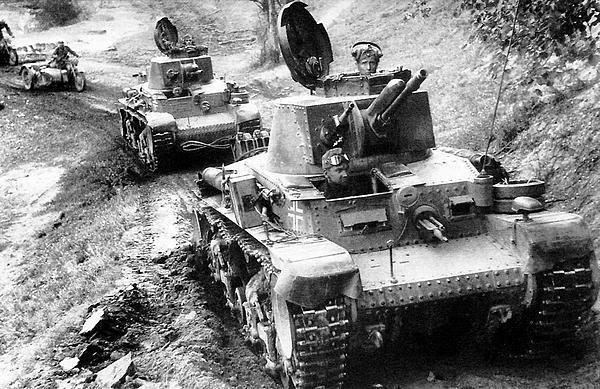 Колонна Pz.35(t). Восточный фронт, лето 1941 года. На левых надгусеничных полках машин хорошо видны светомаскировочные фары Notek и запасные опорные катки, появившиеся перед Французской кампанией.