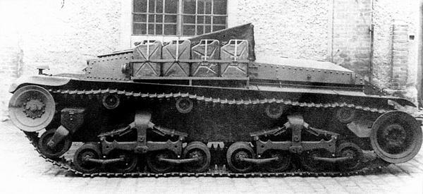 Артиллерийский тягач M?rserzugmittel 35(t) во дворе завода фирмы Alkett. 1942 год. На нижнем снимке виден интерьер машины, просматривающийся через отверстие демонтированного башенного погона.