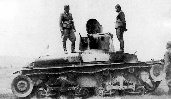 Словацкие офицеры осматривают танк LT vz.35, подбитый советскими войсками. Июль 1941 года.
