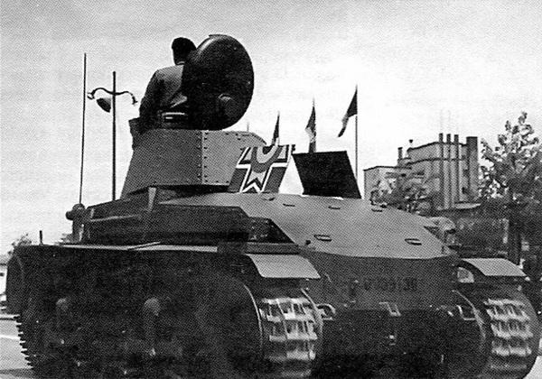 Лёгкие танки R-2 во время парада в Бухаресте. Октябрь 1941 года. Обращает на себя внимание большой трёхцветный (бело-жёлто-красный) «михайловский крест» (символ румынского короля МихаяI), нанесённый на крыше МТО и предназначавшийся для облегчения опознавания танков румынской и немецкой авиацией.