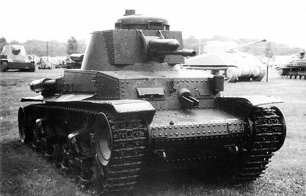 До наших дней сохранились только четыре экземпляра лёгкого танка LT vz.35 — в Сербии, Болгарии, Румынии и США. В наихудшем состоянии находится машина из военного музея в Софии — у неё полностью отсутствует вооружение, в наилучшем — танк в музее Абердинского полигона в США, который представлен на этих снимках. Это единственная машина, у которой имеется хотя бы одна шаровая установка пулемёта ZB vz.35. Фото Я. Магнуского.