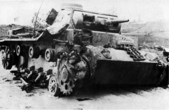Немецкий танк Pz.III Tauchpanzer с оборудованием для преодоления водных преград по дну из состава18-й танковой дивизии вермахта. Машина была подбита в Борисове1 или 2 июля 1941года, хорошо видны пробоины от 45-мм снарядов с левой стороны лобового листа корпуса, а также поврежденное ведущее колесо(ЯМ).