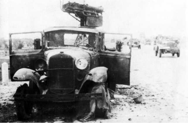 Разбитый автомобиль ГАЗ-ААА со счетверенной зенитной установкой пулеметов Максима4М в кузове из состава 1-й моторизованной дивизии. РайонБорисова, начало июля 1941 года(ЯМ).