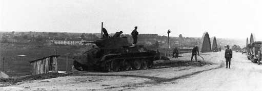 Танк БТ-7М, предположительно из состава разведбата 1-й моторизованной дивизии, подбитый у моста через Березину в Борисове(на западном берегу). На заднем плане хорошо видны металлические фермы моста(АСКМ).