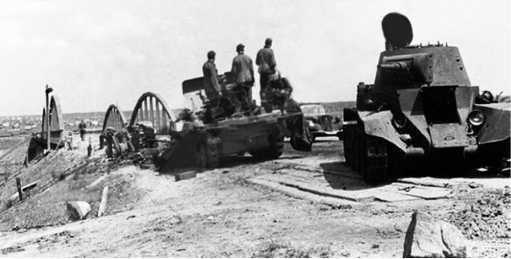 Тот же танк БТ-7М, что и на предыдущем фото. Рядом самоходная установка20-мм зенитки на полугусеничном тягаче Sd.Kfz. 10/4/.Июль 1941 года(ЯМ).