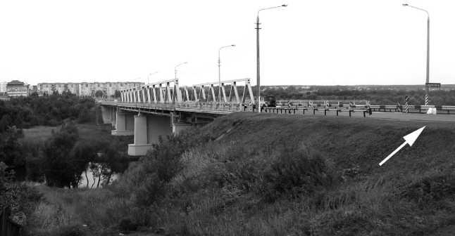 Мост через Березину на старой автострадеМосква — Минск в Борисове, современный вид.Август 2010 года.Металлические фермы уже другие, но опоры остались от моста довоенной постройки.Бетешка, изображенная на предыдущих фото, стояла там, где показано стрелкой (фото автора).