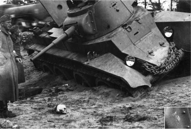 Тот же БТ-7М, снятый осенью 1941-го или весной 1942 года. Сбоку на маске пушки видна цифра 3(внизу справа дана более крупно)— такие обозначения использовались 1-й моторизованной дивизией на довоенных маневрах (АСКМ).