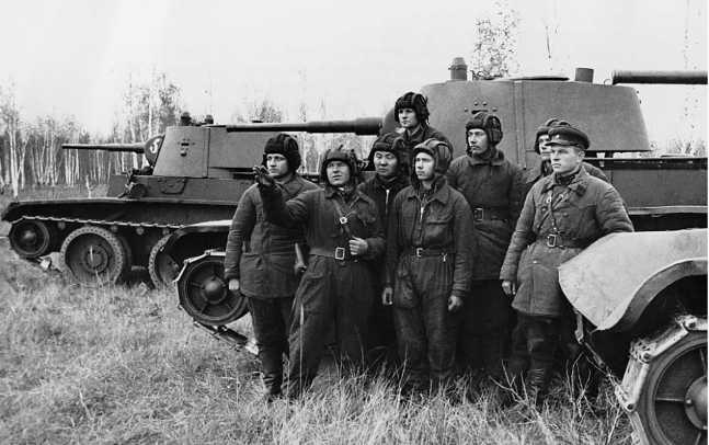 Маневры 1-й МосковскойПролетарской дивизии. Весна1941 года. На БТ-7,изображенном на фото слева, хорошо видна цифра 5 на маске пушки. На маске среднего танка цифра также присутствует, но ее плохо видно(РГАКФД).