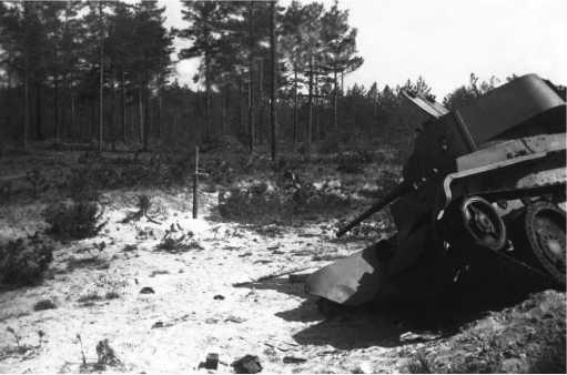 Подбитый танк БТ-7М 1-йМосковскойПролетарской дивизии на обочине шоссе Минск — Москва. Июль1941 года. Слева от машины виден крест, установленный местными жителями на могиле экипажа. Этот же танк изображен на предыдущих фото на страницах12 и 13.