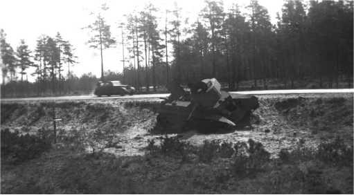 Тот же танк БТ-7М, что и на предыдущем фото. Июль 1941года. Снимков этой машины сохранилось довольно много: проезжающие по шоссе Минск — Москва немецкие солдаты и офицеры его часто фотографировали.