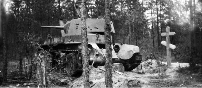Подбитый под Борисовым танк БТ-7М 1-йМосковскойПролетарской моторизованной дивизии. Июль1941 года. Рядом деревянный крест, установленный местными жителями над могилой экипажа (АСКМ).