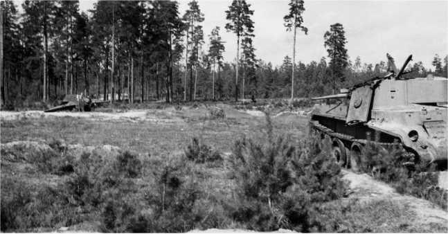 Поле боя восточнее Борисова у шоссеМинск — Москва: подбитые танкиБТ-7М из состава1-й МосковскойПролетарской моторизованной дивизии. Июль 1941года (АСКМ).