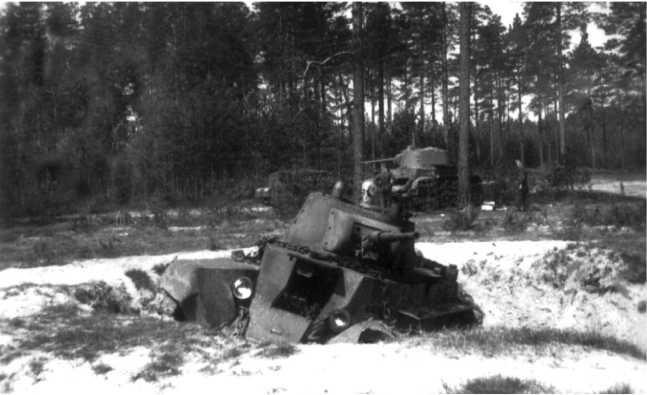 Подбитый БТ-7М 1-й МосковскойПролетарской дивизии. Июль 1941года. Этот танк виден на заднем плане предыдущего фото (АСКМ).