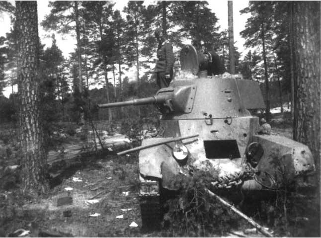 Еще один подбитый БТ-7М1-й МосковскойПролетарской дивизии. Июль1941 года. Этот танк виден на заднем плане предыдущего фото.Обратите внимание на снарядные пробоины — две в лобовом листе корпуса и три в борту башни.Судя по размеру пробоин, машина подбита из 37-мм орудия (АСКМ).