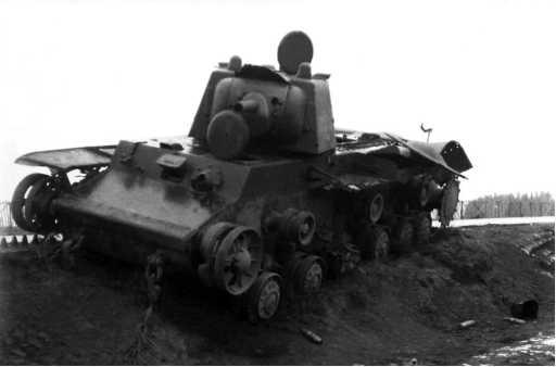 Танк КВ-1 из состава 1-й моторизованной дивизии, подбитый на шоссе Минск — Москва в районе населенного пунктаЛошница. Лето1941 года. Машина уже сдвинута немцами с дороги, чтобы не мешать движению(РГАКФД).