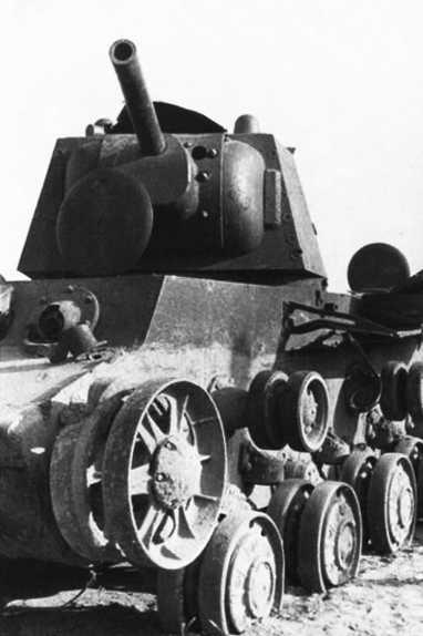 Тот же КВ-1, что и на предыдущих фото. Хорошо видно, что машина была обездвижена попаданием снаряда в ходовую часть — на ленивце левого борта видна значительная вмятина. Видимо после этого танк потерял гусеницу(РГАКФД).