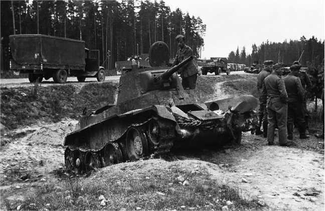 Танк БТ-7М 1-й моторизованной дивизии, подбитый у автострадыМосква — Минск на участкеЛошница — Крупки.Июль 1941 года.На заднем плане, у развилки, видна еще одна бетешка(АСКМ).