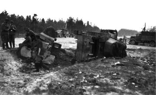 Танк БТ-7М и бронемашинаБА-20 1-й моторизованной дивизии, подбитые у шоссе Москва — Минск на участкеЛошница — Крупки.Июль 1941 года. Эти машины находились недалеко от БТ-7М, изображенного на предыдущем фото (ЯМ).