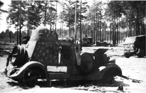 Тот же БА-20 жд, снятый с другой стороны. Машина имеет камуфляж, на бортах закреплены бандажи для движения по рельсам.Броневик входил в состав 12-го отдельного дивизиона бронепоездов, и 1 июля вместе с восемью другими был придан сводному полку майораГеоргошвили (ЯМ).