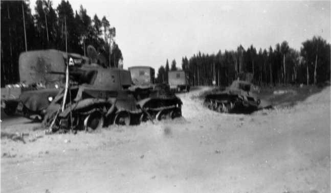 Два уничтоженных БТ-7М на шоссеМосква — Минск на участкеЛошница — Крупки.Июль 1941 года. За танками у рощицы находился уничтоженный КВ-1,изображенный на следующем фото(АСКМ).