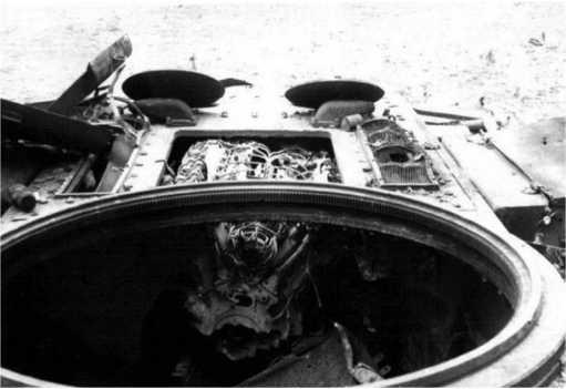 Вид на крышу уничтоженного внутренним взрывом КВ-1.Хорошо виден двигатель, так как крышка моторно-трансмиссионного отделения сорвана взрывом (ЯМ).