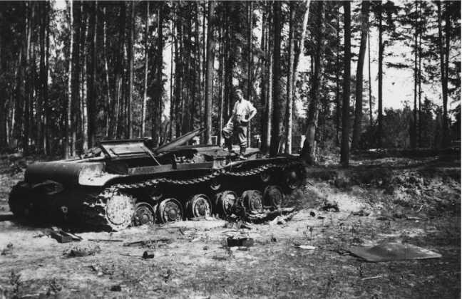 Тот же КВ-1, что и на предыдущем фото. Скорее всего, танк был подорван экипажем, так как никаких снарядных повреждений на снимках этой машины не заметно.Видимо танк сломался или у него кончилось горючее(ЯМ).