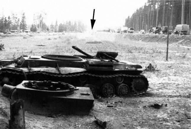 Тот же КВ-1, что и на предыдущих снимках. Справа видна трассаМинск — Москва с немецкими машинами на ней, на заднем плане развилка (показана стрелкой), у которой стояли два сгоревших БТ-7М, изображенные на одном из предыдущих фото (АСКМ).