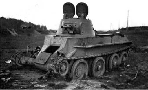 Уничтоженный в бою танк БТ-7М1-й МосковскойПролетарской моторизованной дивизии. Июль1941 года.Возможно, фото сделано в районе населенного пунктаКрупки.