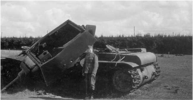 Уничтоженный внутренним взрывом танк КВ-1(он виден на заднем плане предыдущего фото). Июль 1941года. В борту башни виден след от попадания 88-мм снаряда — скорее всего, машина была уничтожена огнем 88-мм зениток. Видимо это произошло не ранее 4 июля, так как 88-мм зенитки были подтянуты для усиления передовых частей18-й танковой дивизии вечером 3июля (АСКМ).