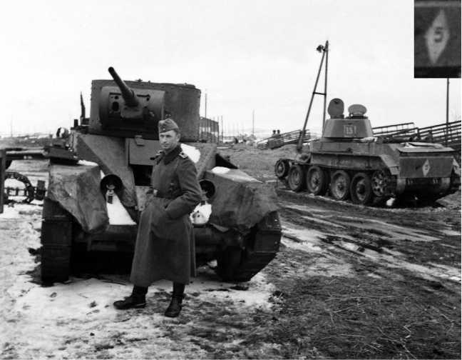 На этом снимке, сделанном осенью1941 года во время ликвидацииВяземского «котла»,хорошо видно сохранившееся на БТ-7 тактическое обозначение 14-й танковой дивизии7-го мехкорпуса — белый ромб с цифрой 5 внутри(28-й танковый полк). Белые цифры на башне нанесены позже и к боям в районеСенно отношения не имеют(фото проекта«Немиров-41»).