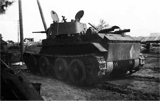 Подбитый или оставленный из-за технической неисправностиБТ-7. Июль 1941года. На корме хорошо видно тактическое обозначение14-й танковой дивизии — белый ромб с цифрой 5(28-й танковый полк) (фото проекта«Немиров-41»).