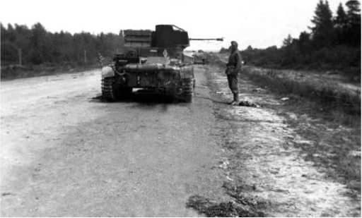 Тот же ХТ-26, что и на предыдущем фото. Машина еще стоит на шоссе — позже немцы ее стащили на обочину, что видно на предыдущем фото. Скорее всего, танк был оставлен во время марша из-за поломки или отсутствия горючего.