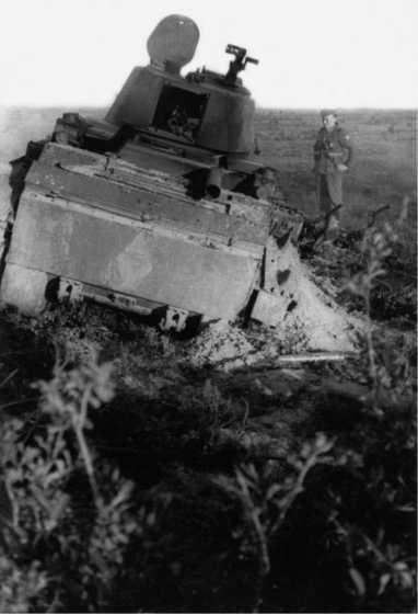 Застрявший и расстрелянный артогнем БТ-728-го танкового полка 14-й танковой дивизии — на корме хорошо видно тактическое обозначение в виде ромба с цифрой 5 внутри(фото проекта«Немиров-41»).