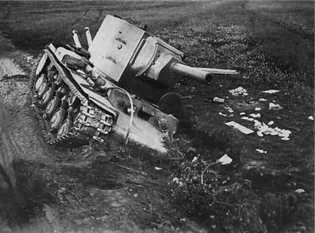 Застрявший и оставленный на обочине КВ-2из состава 27-го танкового полка14-й танковой дивизии.Судя по актам на списание, это машина № Б4705, оставленная10 июля 1941 года у деревни Стриги.Видны подсунутые под левую гусеницу бревна, видимо экипаж пытался вытащить танк, но безуспешно (ЯМ).