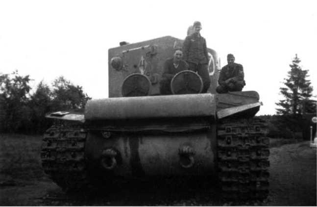 Еще один КВ-2 из состава 27-го танкового полка14-й танковой дивизии, оставленный экипажем из-за поломки.Июль 1941 года.На задней части башни виден ромб с цифрой 4 внутри(ЯМ).
