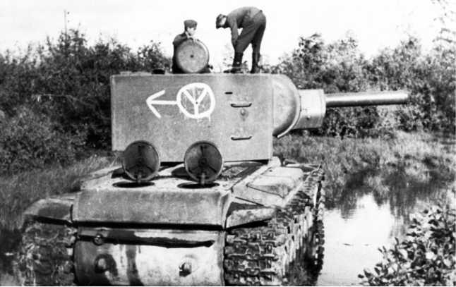 Тот же КВ-2, что и на предыдущем фото. На борту машины видно тактическое обозначение 12-й танковой дивизии вермахта. Танк уже стащен немцами с дороги, чтобы не мешать проезду(АСКМ).