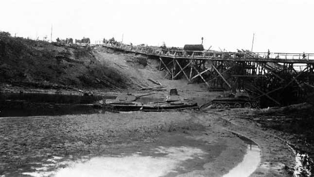 Танки Т-34 и БТ-7, застрявшие при форсировании реки Черногостица.Лето 1941 года. На заднем плане восстановленный немцами мост на шоссе Витебск — Бешенковичи (ЯМ).