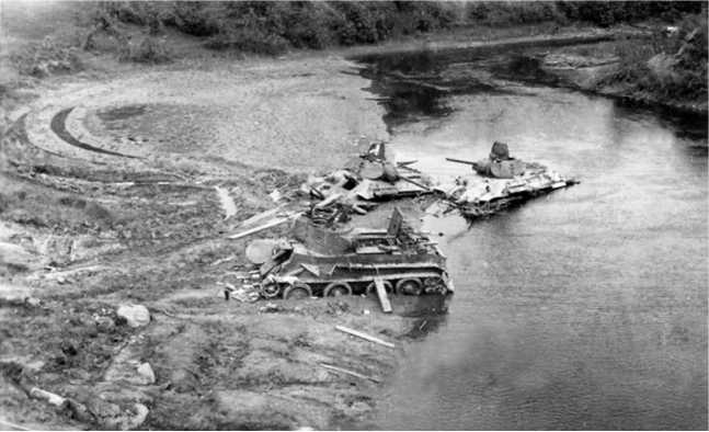 Те же застрявшие танки, снятые с моста. Согласно акта на списание, левый Т-34 имеет заводской №723-11, командир лейтенантБоковиков, правый — №97-767,командир танка сержант Любар(АСКМ).