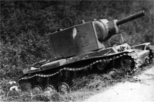 Танк КВ-2 из состава 7-го мехкорпуса, оставленный из-за технической неисправности.Согласно актов на списание машин14-й танковой дивизии, это может быть танк с заводским номером Б-4746,оставленный из-за поломки в 6 километрах от Лиозно.