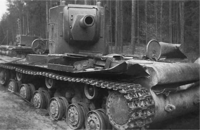 Танки КВ-2 из состава 18-й танковой дивизии, оставленные из-за поломок или отсутствия горючего в районе Сенно.Июль 1941 года. Эти же машины изображены на фото на страницах 62, 63 и 69 (фото предоставилМ. Зимний).
