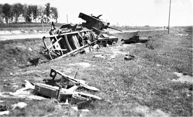 Танк Т-26 из состава 115-го танкового полка 57-й дивизии, подбитый в боях под Толочиным 6–7июля 1941 года.Машина находится на обочине шоссеМосква — Минск, на обороте оригинала фото написано «Толочин»(АСКМ).