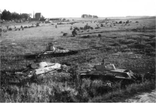 Тридцатьчетверки из состава танкового батальонаОрловского танкового училища, застрявшие в болотистой пойме реки Друть у Толочина.Июль 1941 года.Слева видно здание с трубой — крахмальный завод, сохранившийся до наших дней(АСКМ).